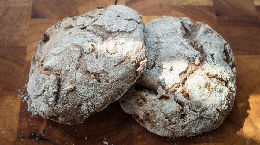 Chleb żytni razowy z figami i orzechami