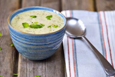 Kremowa zupa serowa ze świeżymi ziołami