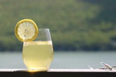 Gorąca lemoniada cytrynowa