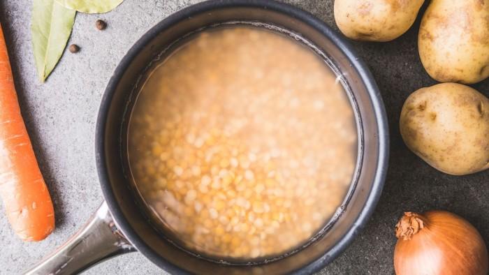 Zupa grochowa z ziemniakami - krok 1