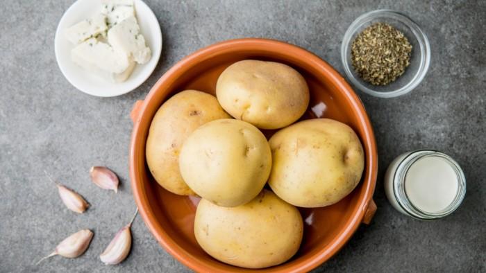 Zapiekanka ziemniaczana z serem pleśniowym  - krok 1