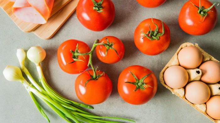 Jajka zapiekane w pomidorach - krok 1