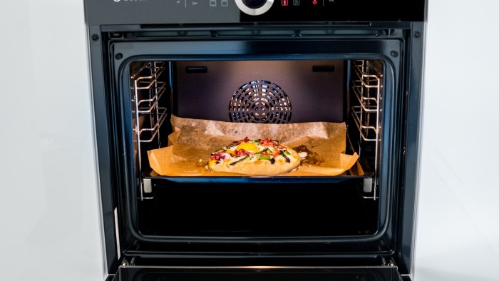 Pizza ze szparagami i jajkiem - krok 2