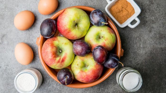 Szarlotka jabłkowo-śliwkowa - krok 1