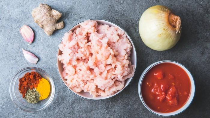 Klopsiki z kurczaka w pomidorowym sosie curry - krok 1