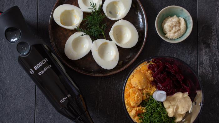 Jajka faszerowane burakami i chrzanem - krok 1