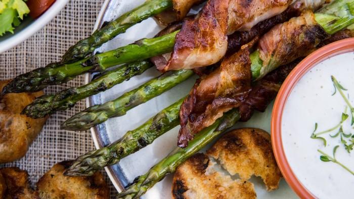 Szparagi grillowane w boczku z sosem czosnkowym - krok 3