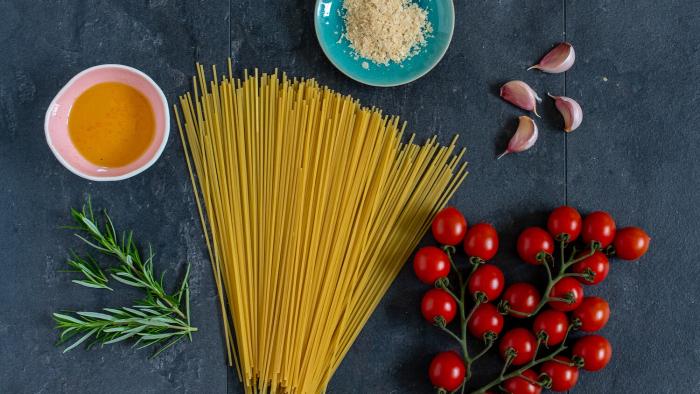 Spaghetti wegańskie z pieczonymi pomidorkami - krok 1