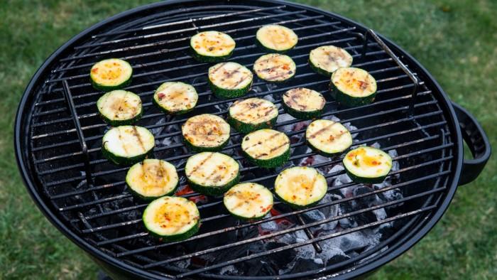 Cytrynowo-ziołowa cukinia z grilla z dressingiem z chili - krok 3