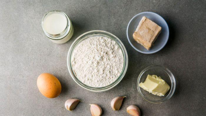 Rwany chlebek czosnkowy - krok 1
