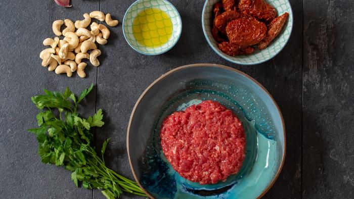 Bryzol wołowy z grillowaną sałatą i pesto  - krok 1