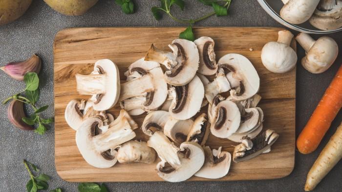 Krem z ziemniaków i pieczarek z grzankami - krok 3