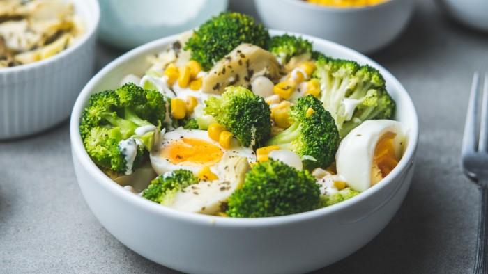 Sałatka z brokułami i jajkiem - krok 3