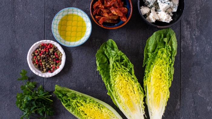 Sałatka z serem pleśniowym i suszonymi pomidorami - krok 1