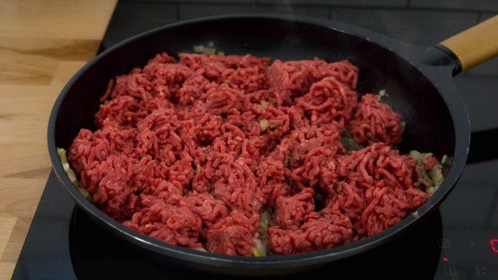 Mięso mielone w cieście francuskim - pyszne kieszonki - krok 2