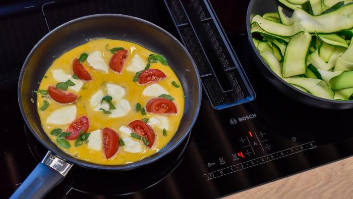 Omlet z pomidorami i mozzarellą - krok 2