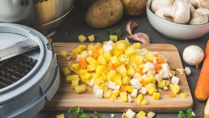 Krem z ziemniaków i pieczarek z grzankami - krok 2