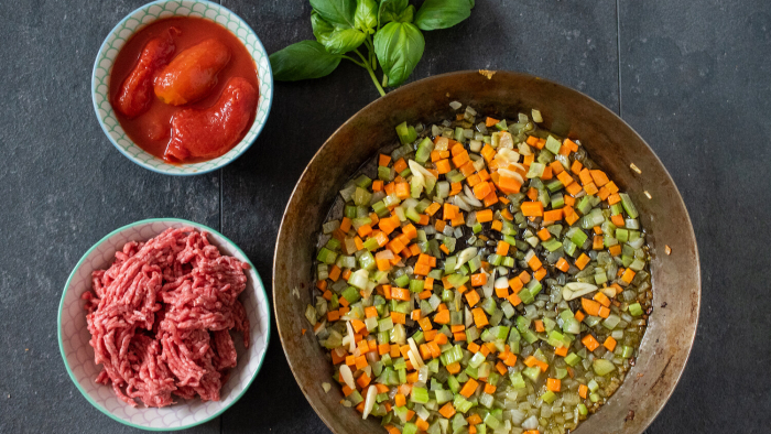 Zupa bolońska z parmezanem i świeżą bazylią - krok 1