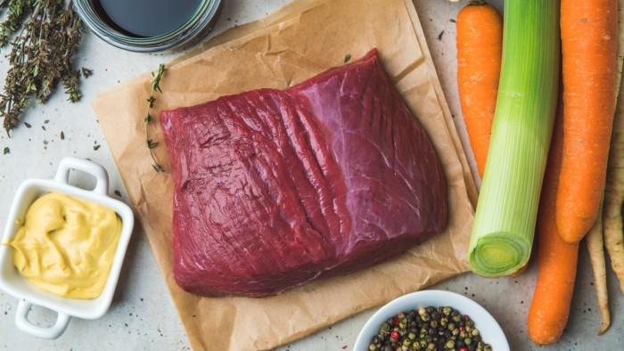 Wołowina pieczona w jarzynach i ziołach - krok 1