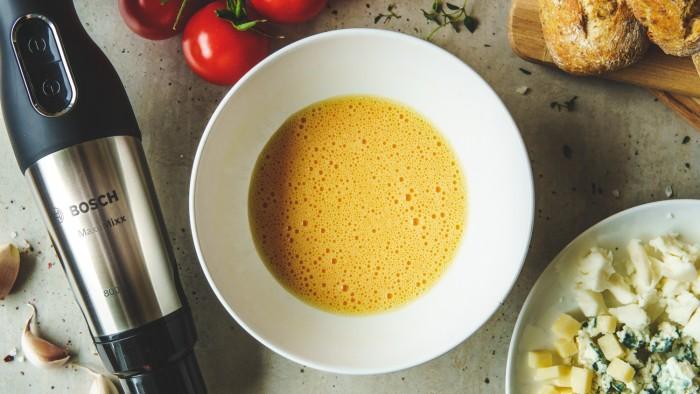Omlet serowy - krok 2