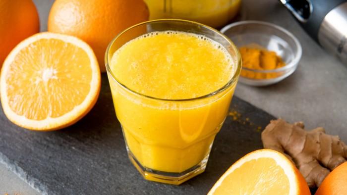 Koktajl pomarańczowy z imbirem i kurkumą - krok 3