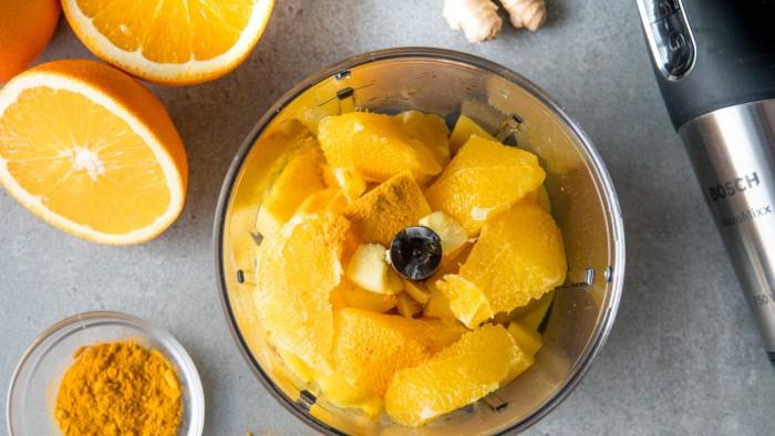 Koktajl pomarańczowy z imbirem i kurkumą - krok 1