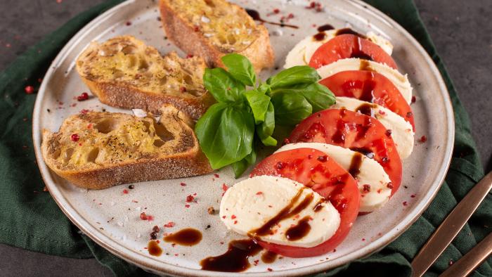 Sałatka caprese z czosnkowymi grzankami - krok 3