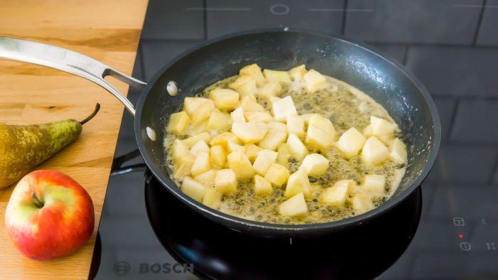 Omlet cesarski z karmelizowanymi jabłkami i gruszkami - krok 2