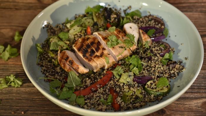Fit obiad: sałatka z quinoa, grillowanym kurczakiem i warzywami - krok 4