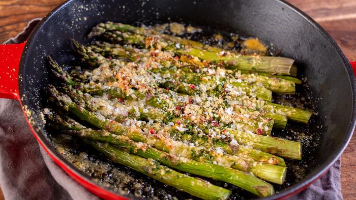 Szparagi zapiekane z gremolatą i parmezanem - krok 3