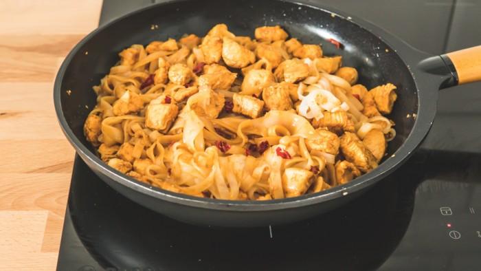 Makaron ryżowy z kurczakiem i pastą miso - krok 2