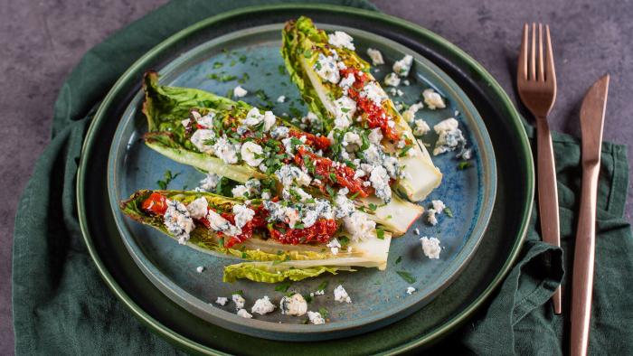 Sałatka z serem pleśniowym i suszonymi pomidorami - krok 3