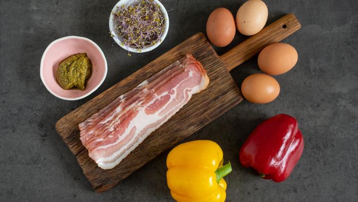Kanapki bez chleba – śniadaniowe łódki paprykowe - krok 1