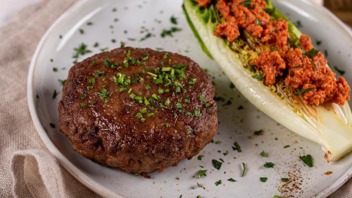 Bryzol wołowy z grillowaną sałatą i pesto  - krok 3