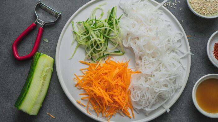 Sałatka z białej rzodkwi - krok 1