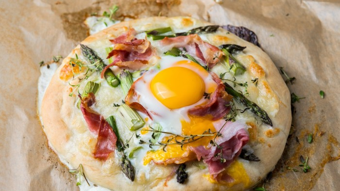 Pizza ze szparagami i jajkiem - krok 3