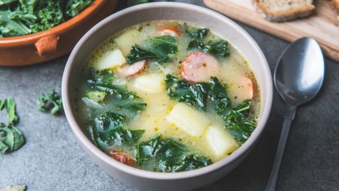 Zupa ziemniaczana z jarmużem i pieczoną kiełbasą - krok 3