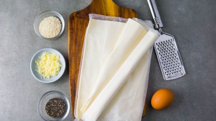 Paluchy z ciasta francuskiego z serem, makiem i sezamem - krok 1