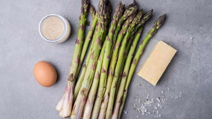 Szparagi pieczone w panierce parmezanowej - krok 1