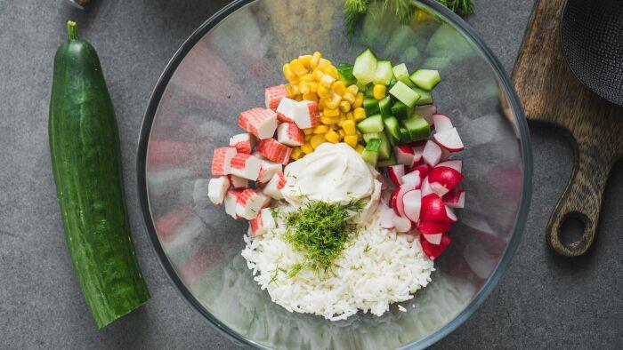 Ryżowa sałatka krabowa - krok 3