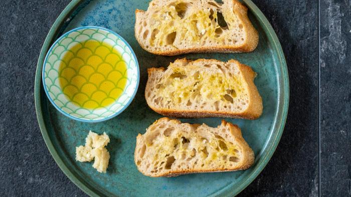 Sałatka caprese z czosnkowymi grzankami - krok 2