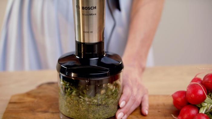 Pesto z liści rzodkiewki z grillowaną cukinią - krok 2