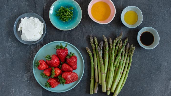 Sałata z truskawkami i szparagami - krok 2