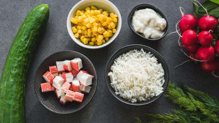 Ryżowa sałatka krabowa - krok 1