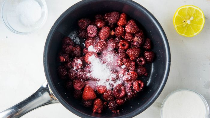 Frużelina malinowa do tortu - krok 1