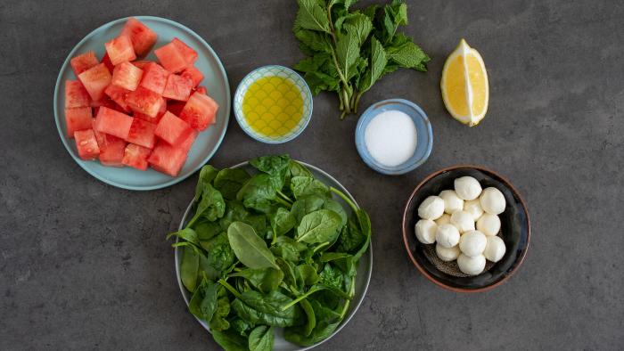 Sałata z mozzarellą, szpinakiem i arbuzem - krok 1