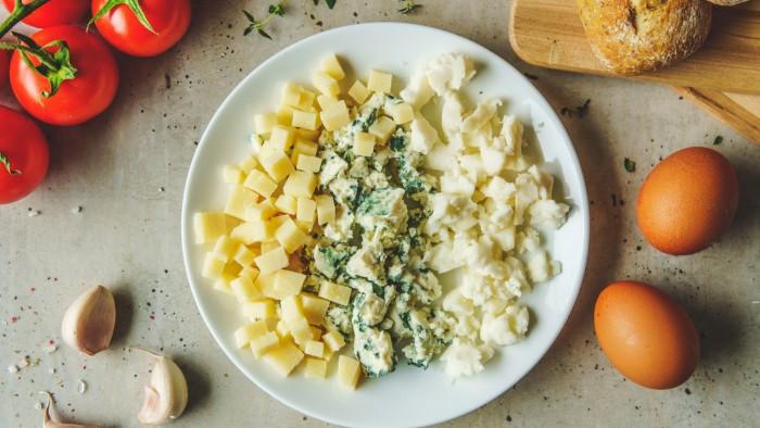 Omlet serowy - krok 1