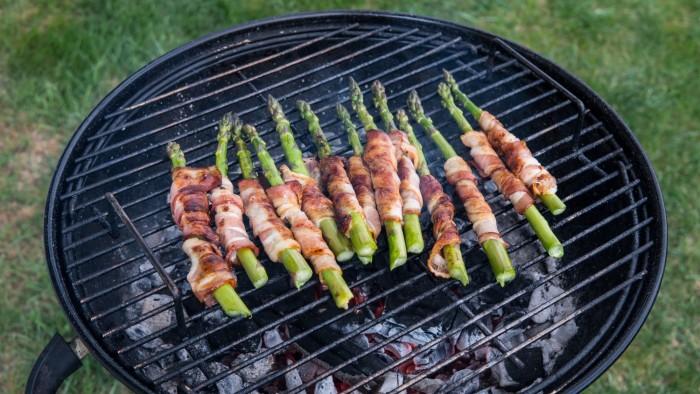 Szparagi grillowane w boczku z sosem czosnkowym - krok 2