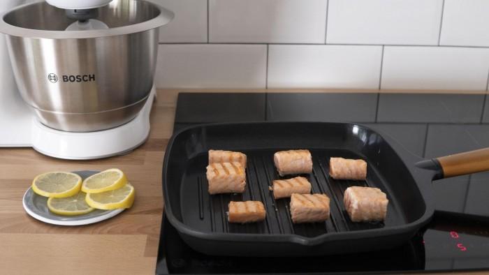 Sałatka z grillowanym łososiem i malinami - krok 3
