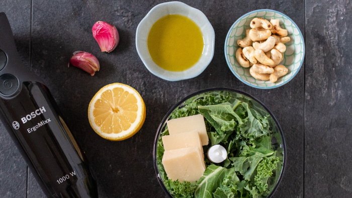 Kotlet szwajcarski z serem i pesto jarmużowym - krok 1